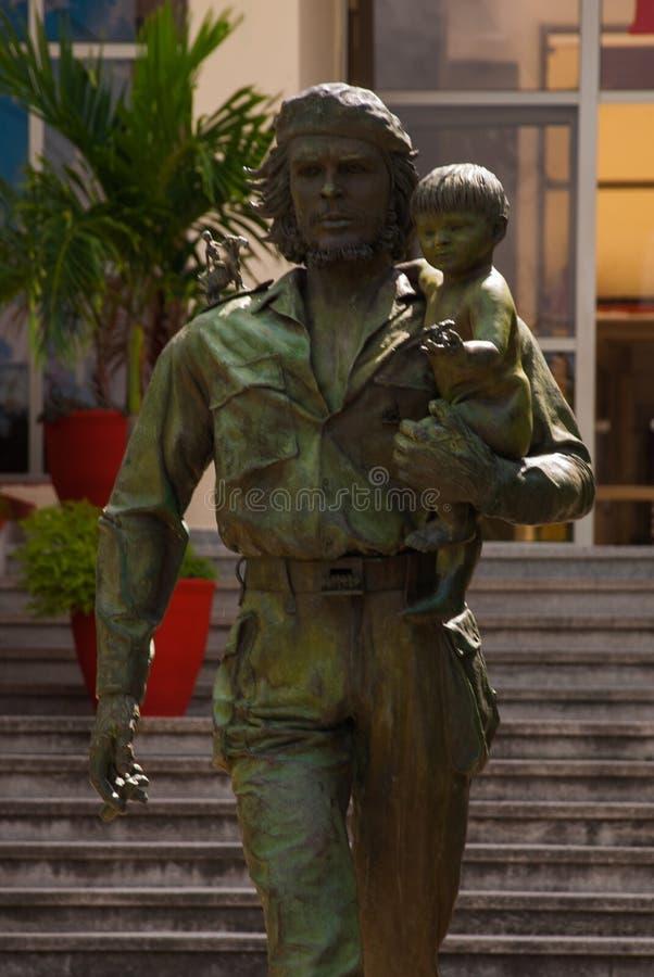 SANTA CLARA, CUBA, estátua de Che Guevara Holding uma criança: A estátua ou o monumento de Che Guevara fora do partido comunista  imagens de stock royalty free