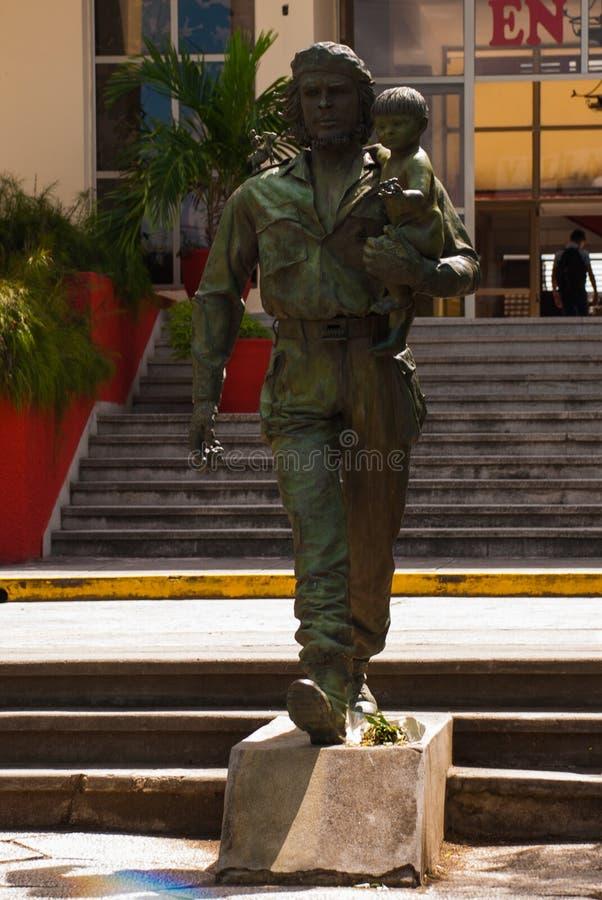 SANTA CLARA, CUBA, estátua de Che Guevara Holding uma criança: A estátua ou o monumento de Che Guevara fora do partido comunista  fotografia de stock royalty free