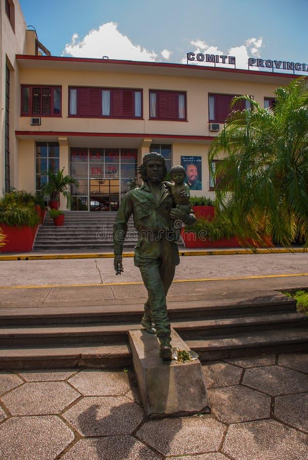 SANTA CLARA, CUBA, estátua de Che Guevara Holding uma criança: A estátua ou o monumento de Che Guevara fora do partido comunista  imagens de stock