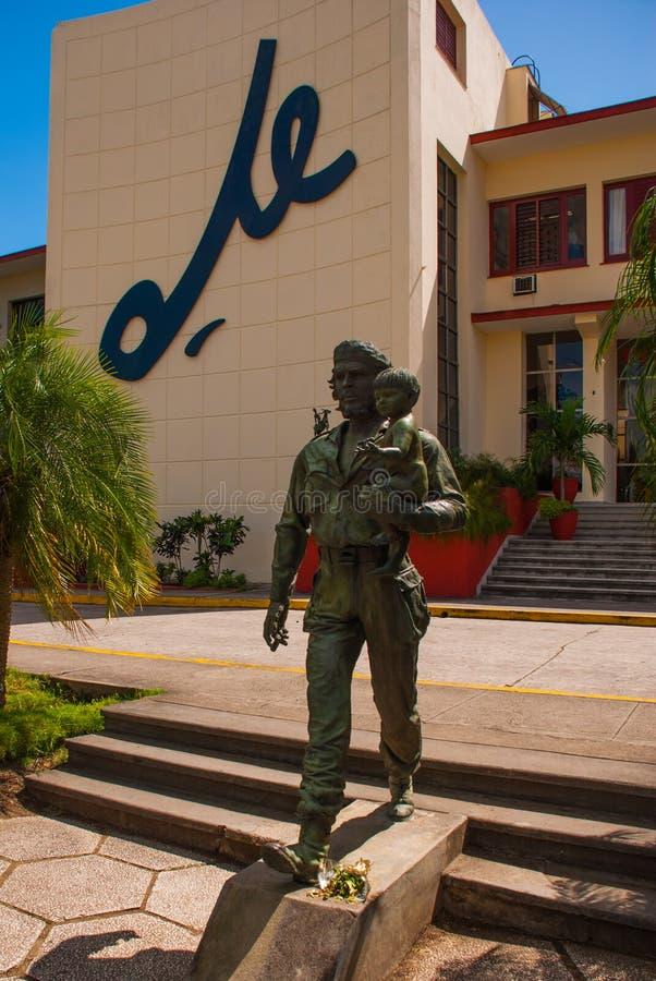 SANTA CLARA, CUBA, estátua de Che Guevara Holding uma criança: A estátua ou o monumento de Che Guevara fora do partido comunista  fotografia de stock