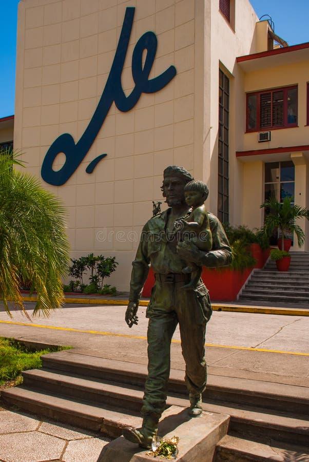 SANTA CLARA, CUBA, estátua de Che Guevara Holding uma criança: A estátua ou o monumento de Che Guevara fora do partido comunista  imagem de stock