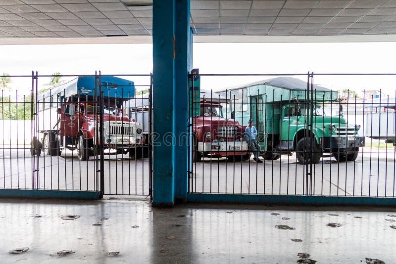 SANTA CLARA, CUBA - 12 FÉVRIER 2016 : Camions de passager à une gare routière en Santa Clara, CUB photo libre de droits