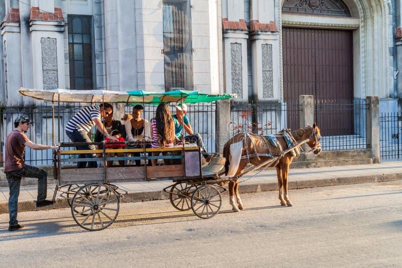 SANTA CLARA, CUBA - 13 FÉVRIER 2016 : Chariot de cheval au centre de Santa Clara, CUB image stock