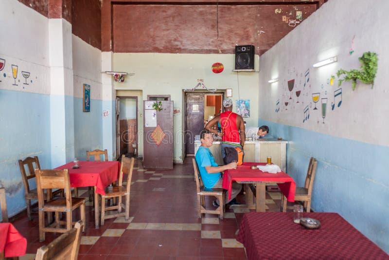SANTA CLARA, CUBA - 13 FÉVRIER 2016 : Intérieur d'un bar de bière en Santa Clara, Cu photographie stock