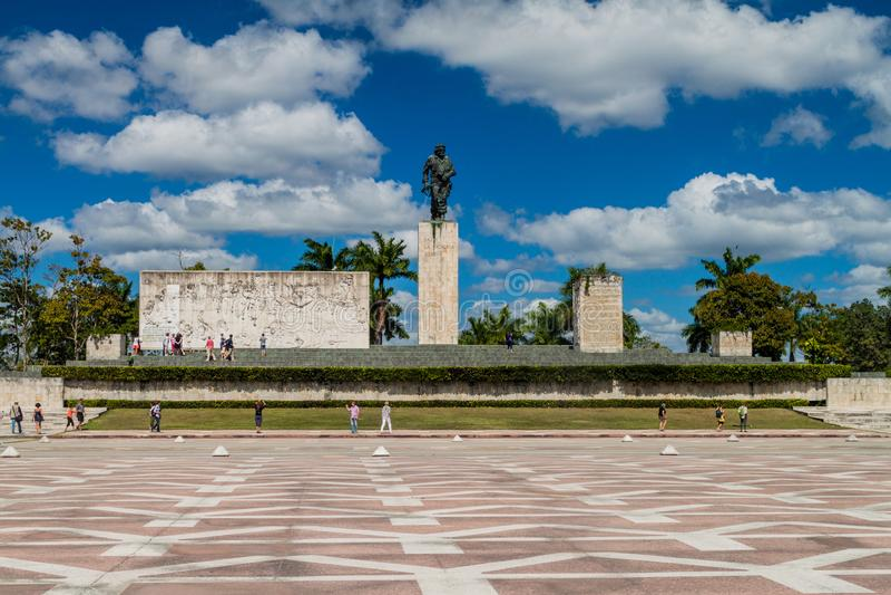 SANTA CLARA, CUBA - 13 FÉVRIER 2016 : Monument de Che Guevara de visite de touristes en Santa Clara, Cu photo libre de droits