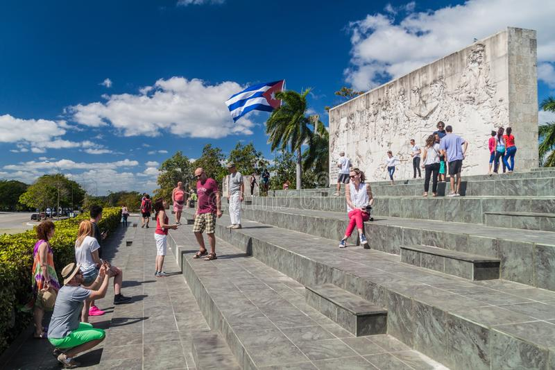 SANTA CLARA, CUBA - 13 FÉVRIER 2016 : Monument de Che Guevara de visite de touristes en Santa Clara, Cu image stock