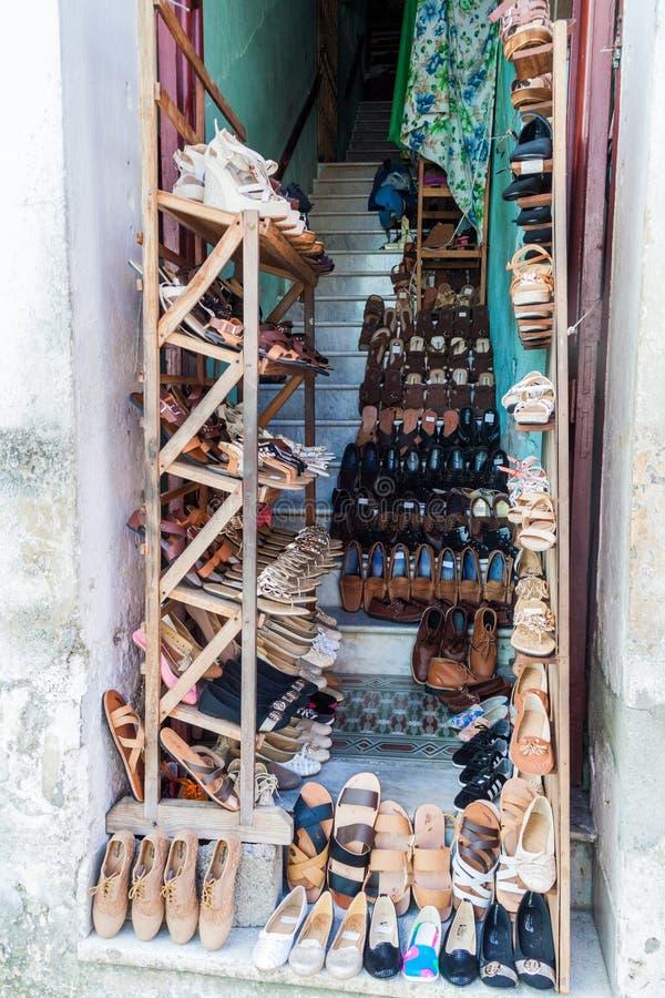SANTA CLARA, CUBA - 13 FÉVRIER 2016 : Petit magasin de chaussure en Santa Clara, Cuba On permet maintenant des affaires privées à photos libres de droits