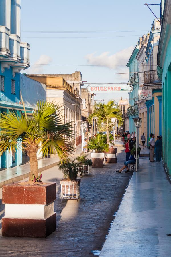 SANTA CLARA, CUBA - 13 FÉVRIER 2016 : Rue de boulevard au centre de Santa Clara, CUB photo libre de droits