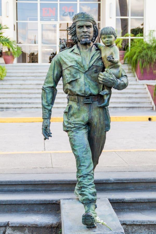 SANTA CLARA, CUBA - 13 FÉVRIER 2016 : Statue de Che Guevara devant le Comitee provincial du parti communiste dans Santa photographie stock libre de droits