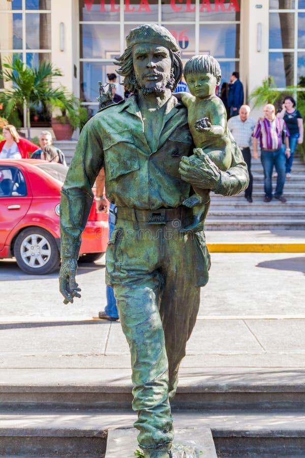 SANTA CLARA, CUBA - 13 FÉVRIER 2016 : Statue de Che Guevara devant le Comitee provincial du parti communiste dans Santa image stock