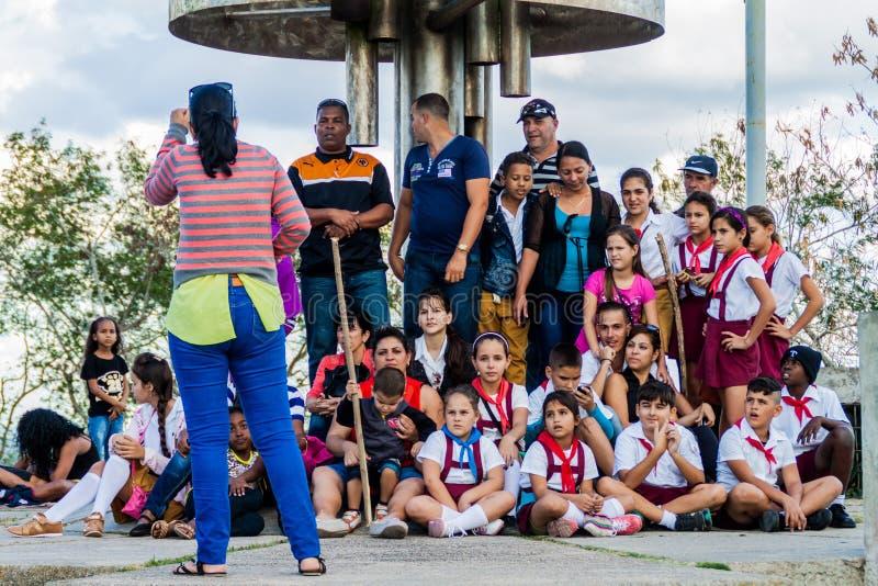 SANTA CLARA, CUBA - 13 FÉVRIER 2016 : Visite de classe d'école au monument de Che Guevara à la colline de Loma del Capiro en Sant photos libres de droits