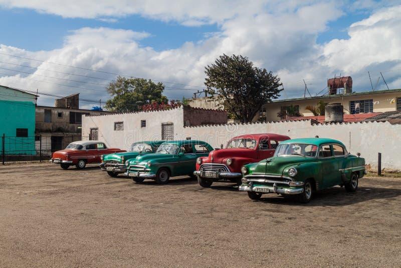 SANTA CLARA, CUBA - 12 FÉVRIER 2016 : Voitures de cru servant de taxi partagé en Santa Clara, CUB photos libres de droits