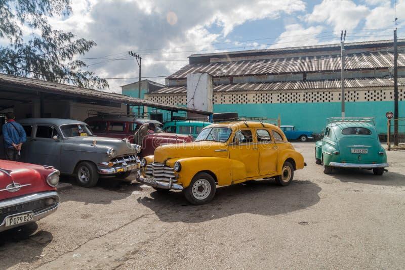 SANTA CLARA, CUBA - 12 FÉVRIER 2016 : Voitures de cru servant de taxi partagé en Santa Clara, CUB photos stock