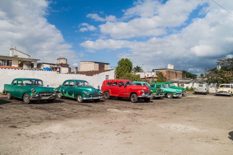 SANTA CLARA, CUBA - 12 FÉVRIER 2016 : Voitures de cru servant de taxi partagé en Santa Clara, CUB image stock