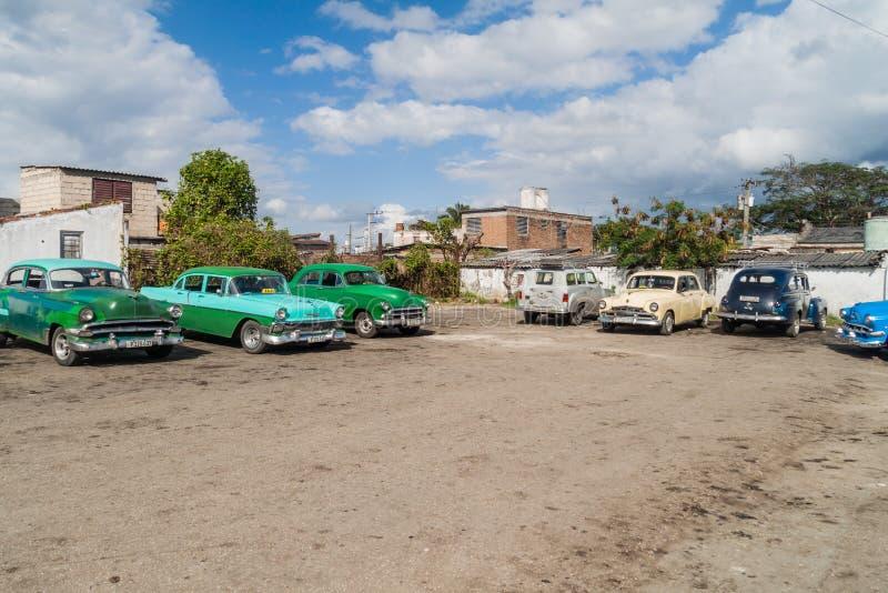 SANTA CLARA, CUBA - 12 FÉVRIER 2016 : Voitures de cru servant de taxi partagé en Santa Clara, CUB photographie stock