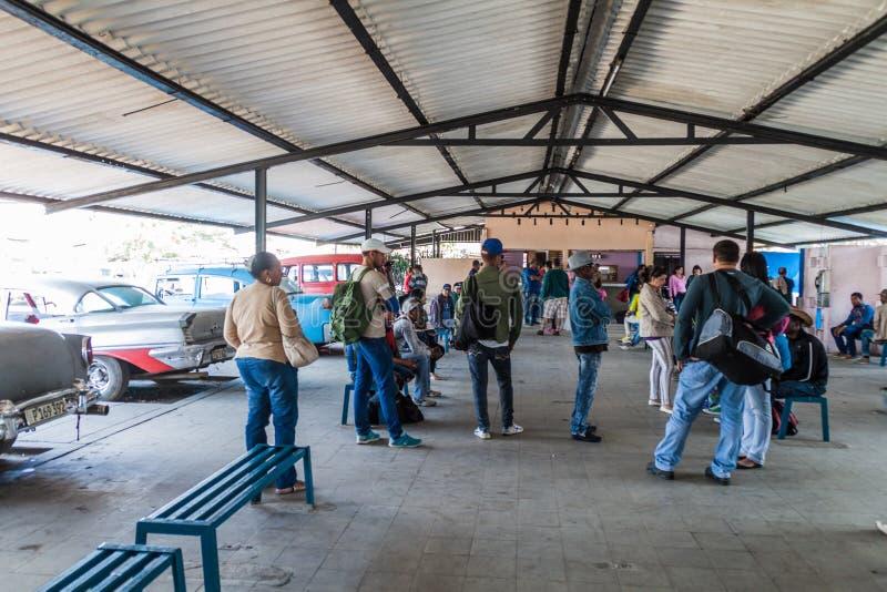 SANTA CLARA, CUBA - 12 FEBBRAIO 2016: La gente ad una stazione del taxi collettivo in Santa Clara, cucciolo immagine stock libera da diritti