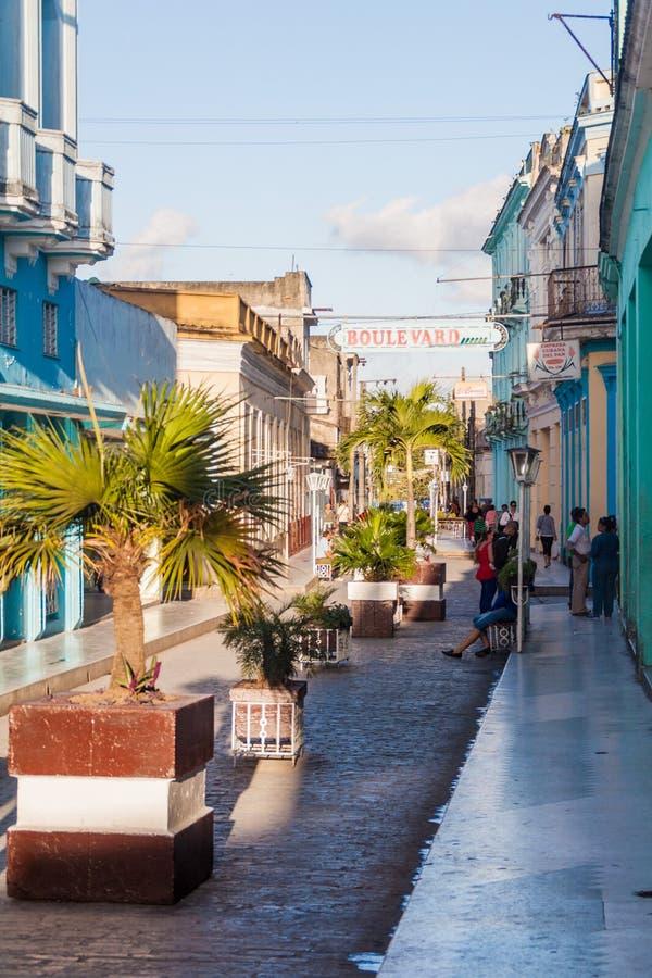 SANTA CLARA, CUBA - 13 FEBBRAIO 2016: Via del boulevard nel centro di Santa Clara, cucciolo fotografia stock libera da diritti