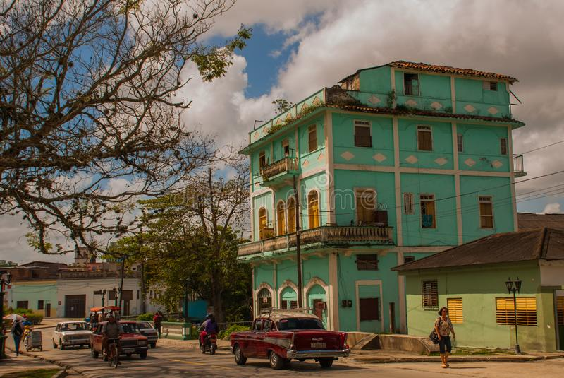SANTA CLARA, CUBA : La rue habituelle dans la ville Bâtiment à plusiers étages vert image stock