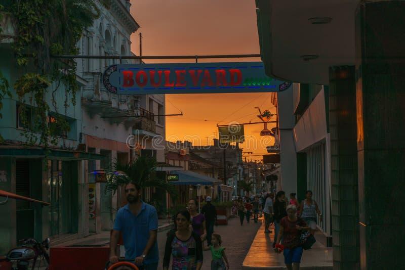 Santa Clara, Cuba, le 5 janvier 2017 : Le boulevard dehors regardent pendant le coucher du soleil en Santa Clara, une des parties photographie stock