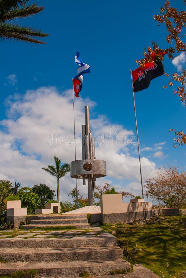 Santa Clara, Cuba : Monument de Lomo del Capiro en Santa Clara Attraction sur la colline de la ville Développer le drapeau du Cub images libres de droits