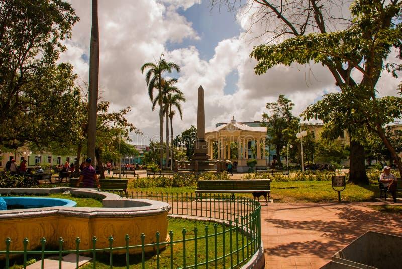 SANTA CLARA, CUBA : Place centrale avec un obélisque photos libres de droits
