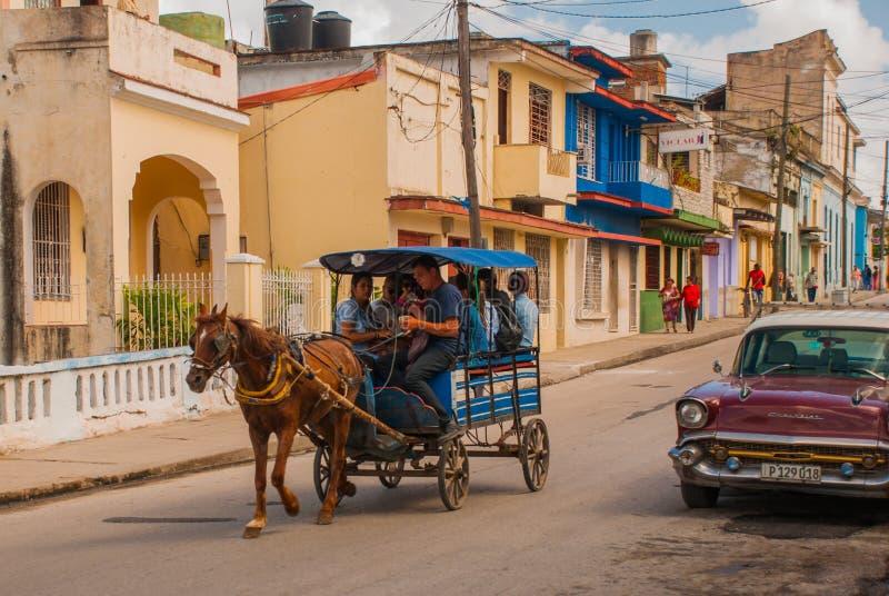 Santa Clara, Cuba : Rétro voiture Chariot hippomobile Chariot de cheval pour transporter des personnes au Cuba image stock