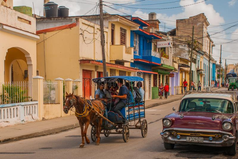 Santa Clara, Cuba: Retro auto Horse-drawn vervoer Paardkar om mensen in Cuba te vervoeren royalty-vrije stock fotografie
