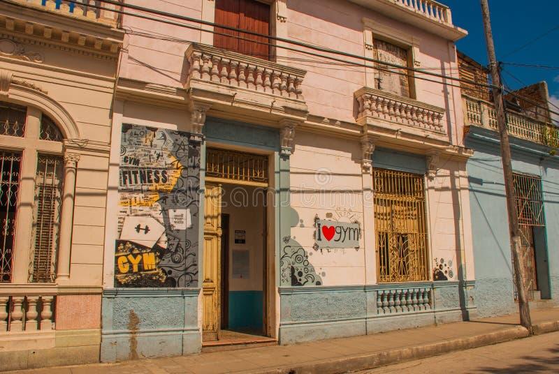 Santa Clara, Cuba : Rue locale avec des maisons dans la ville photo libre de droits