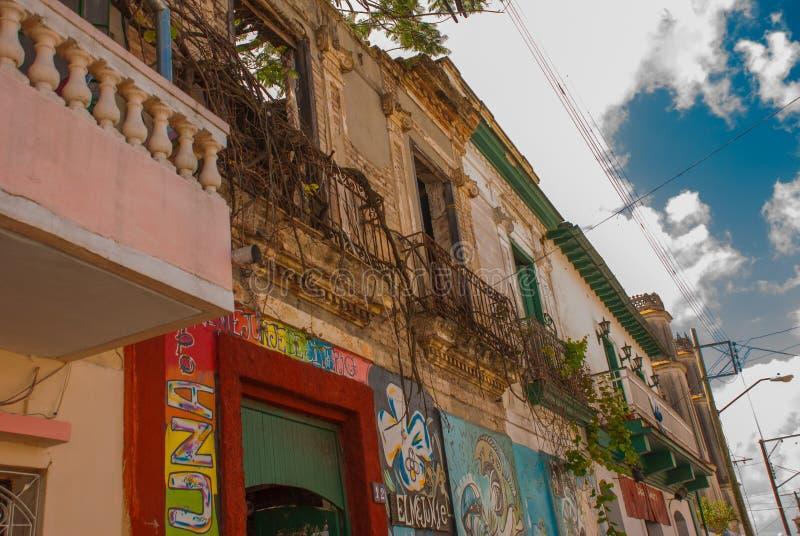 Santa Clara, Cuba : Rue locale avec des maisons dans la ville images libres de droits