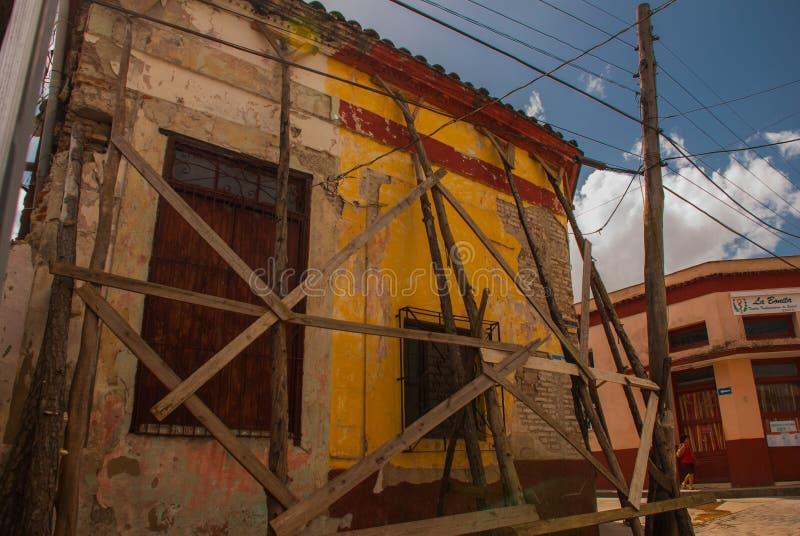 Santa Clara, Cuba : Rue locale avec des maisons dans la ville Vieille maison ruinée image libre de droits