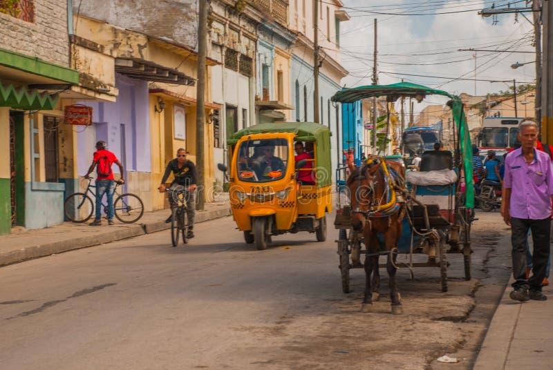 Santa Clara, Cuba : Taxi-moto Chariot hippomobile Chariot de cheval pour transporter des personnes au Cuba photos stock