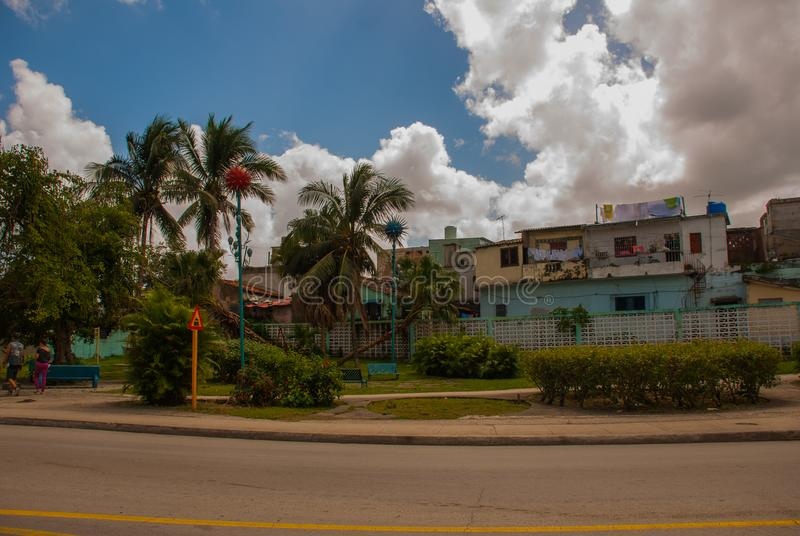 SANTA CLARA, CUBA : Un secteur pauvre, la vieille maison sur la corde à linge où les vêtements ont séché photographie stock