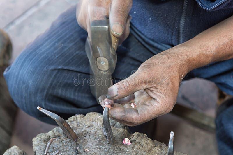 Santa Clara del Cobre, Mexique : main du ` s de chaudronnier de cuivre photo libre de droits