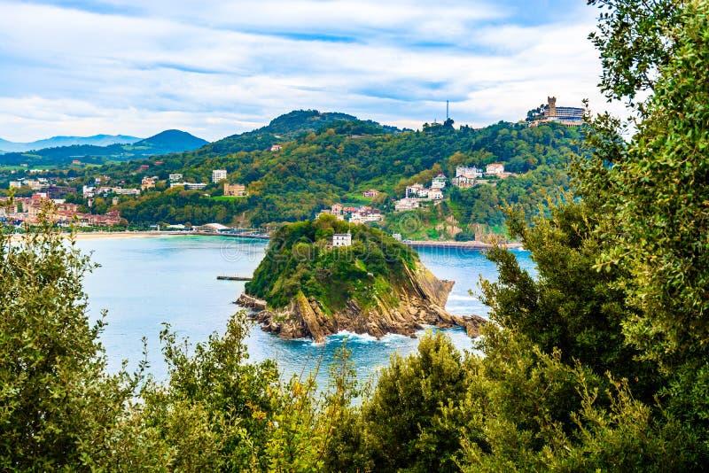Santa Clara Island em San Sebastian, baía de Biscaia, país Basque, Espanha imagens de stock