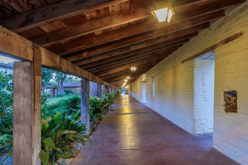 Santa Clara Kalifornia, Wrzesień, - 13, 2018: Zewnętrzny korytarz przy misją Santa Clara De Asis fotografia royalty free