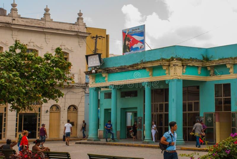 SANTA CLARA KUBA: Affisch med che Guevara Byggnaden är i en klassisk stil i centret royaltyfria bilder