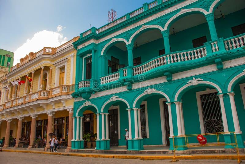 SANTA CLARA, KUBA: Budynek jest w klasycznym stylu w centrum miasta obrazy royalty free