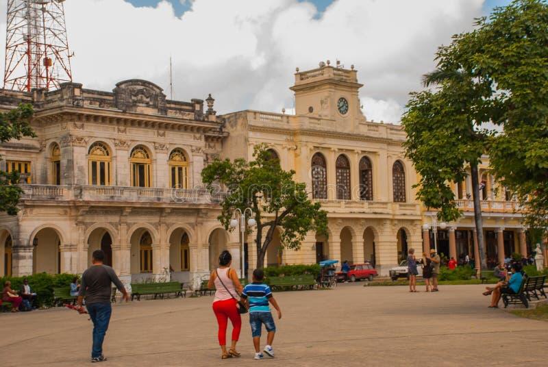SANTA CLARA, KUBA: Budynek jest w klasycznym stylu w centrum miasta obraz stock