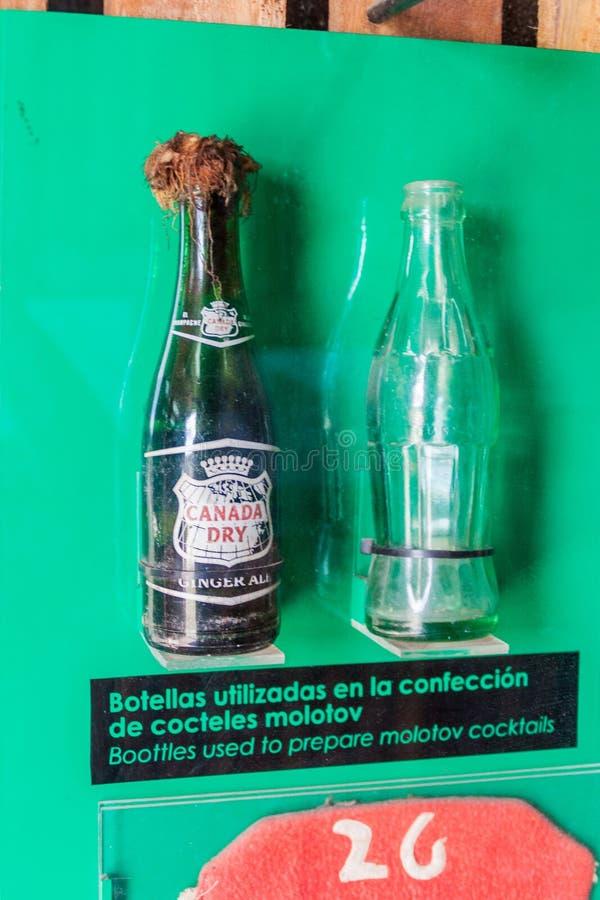 SANTA CLARA, KUBA - 13. FEBRUAR 2016: Molotov-coctails am Monument zur Entgleisung des gepanzerten Zugs in Santa Clara stockfotos