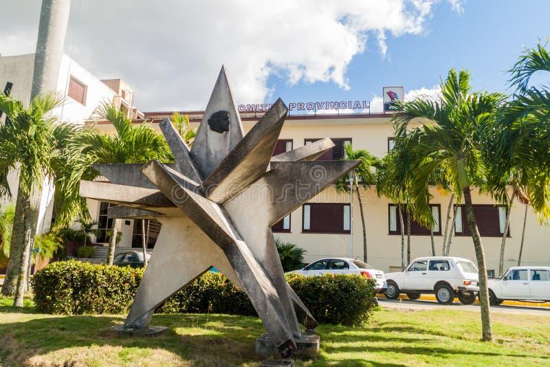 SANTA CLARA, KUBA - 13. FEBRUAR 2016: Monument vor dem provinziellen Ausschuss der kommunistischen Partei in Santa Clara lizenzfreie stockbilder