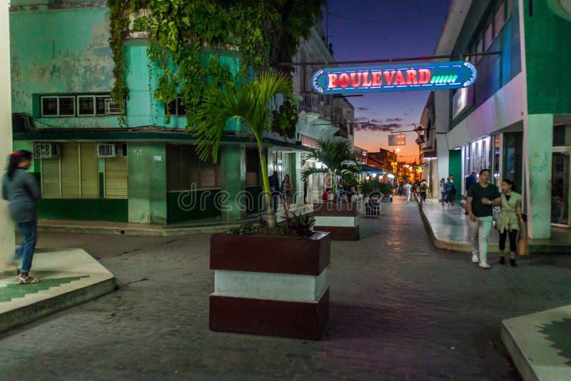 SANTA CLARA KUBA - FEBRUARI 13, 2016: Boulevardgata i mitten av Santa Clara, gröngöling fotografering för bildbyråer