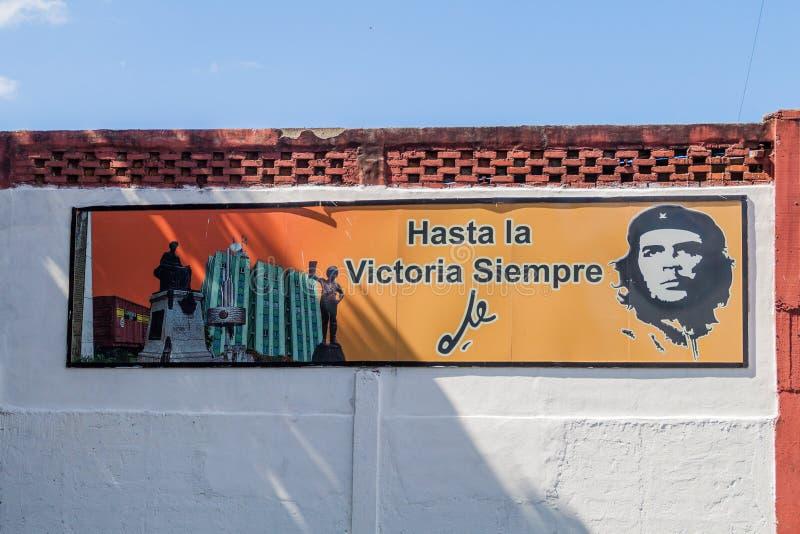 SANTA CLARA KUBA - FEBRUARI 13, 2016: Propagandaaffisch med Che Guevara i Santa Clara, Kuba Det säger: Alltid in mot royaltyfri foto