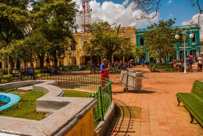 SANTA CLARA, KUBA: Główny plac Janitor czyści up grat zdjęcia stock