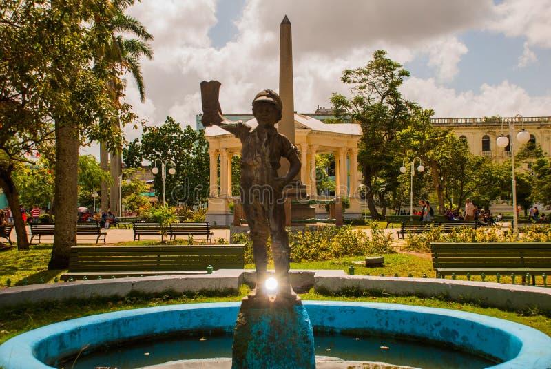 SANTA CLARA, KUBA: Główny plac z obeliskiem, fontanna z statuą chłopiec w czyj ręce but zdjęcie royalty free