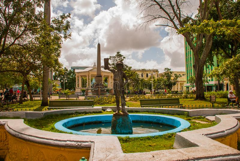 SANTA CLARA, KUBA: Główny plac z obeliskiem, fontanna z statuą chłopiec w czyj ręce but fotografia royalty free