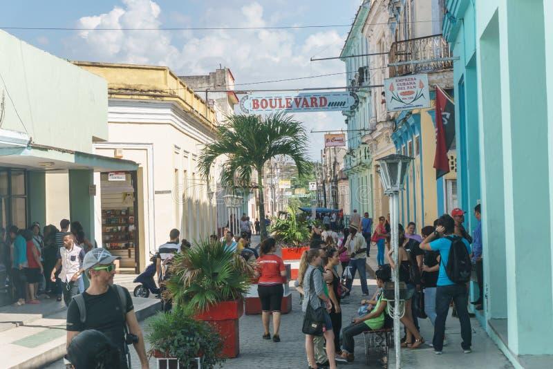 Santa Clara Kuba, Januari 5, 2017: Boulevardgata på solig dag i Santa Clara, Kuba Dagligt livbildspråk arkivfoto