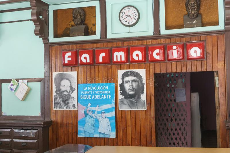 Santa Clara Kuba, Januari 5, 2017: inom en lokal farmacy i Santa Clara Kuba Lokalt livbildspråk royaltyfria foton