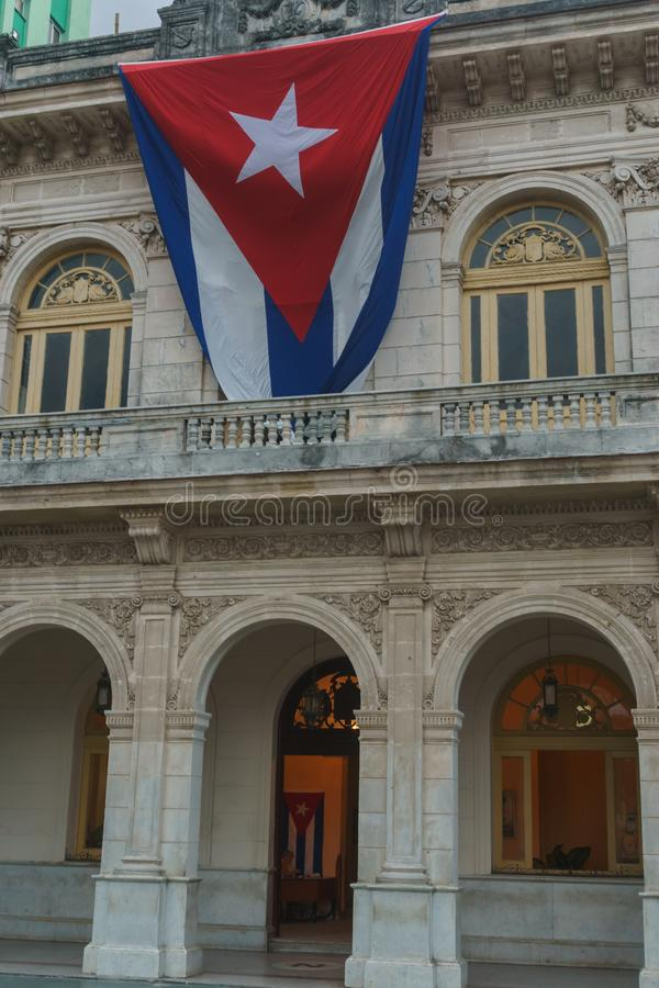 Santa Clara Kuba, Januari 5, 2017: Officiell byggnad med den kubanska flaggan på utomhus arkivbild
