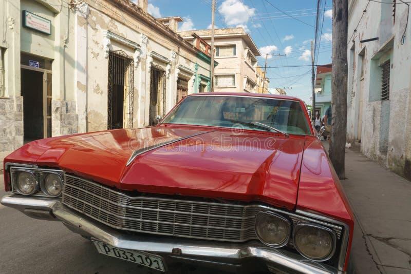 Santa Clara Kuba, Januari 5, 2017: Röd bil på gatan Typisk kubansk loppbildspråkbild Gammal röd bil från Kuba arkivbild