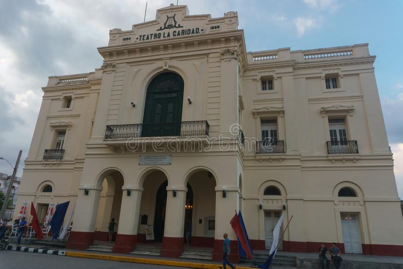 Santa Clara Kuba, Januari 5, 2017: Teatro La Caridad beskådar utomhus, det allmänna loppbildspråket royaltyfri fotografi